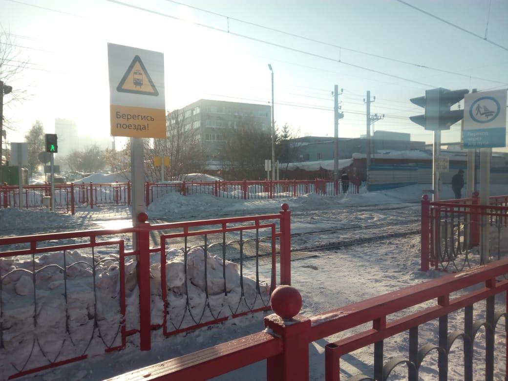 Новый переход оборудован предупреждающими знаками, светофорами и сигнализацией, которая включается при приближении поездов