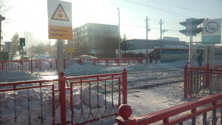 Пищит и мигает: у железнодорожных путей на Семьи Шамшиных появился переход с лабиринтом и светофором