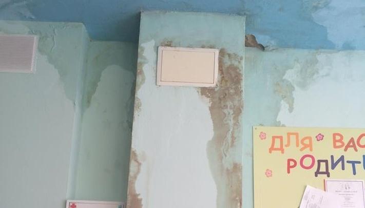 «Стоит ужасный запах плесени»: в детсаду Екатеринбурга после ремонта протекла крыша
