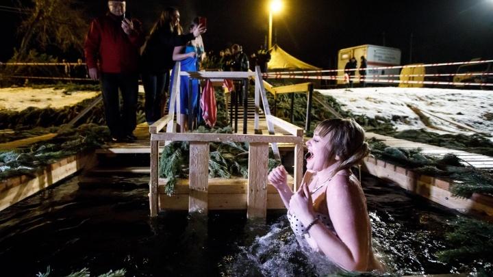 «Сейчас выплывет ваш тапочек»: волгоградцы танцами и купанием в ледяной воде отмечают Крещение