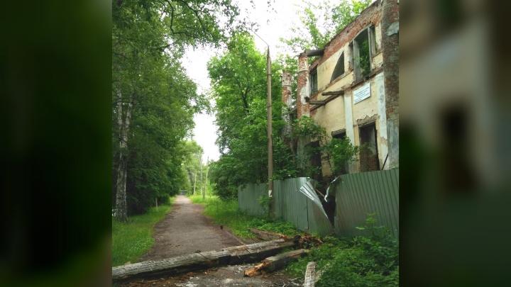 Рухнувшие балки перегородили дорогу: в Ярославле рушится ценнейший памятник культуры и истории