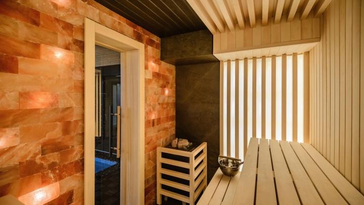 Новосибирцев лечат гималайской солью: польза новой сауны в отеле на речном