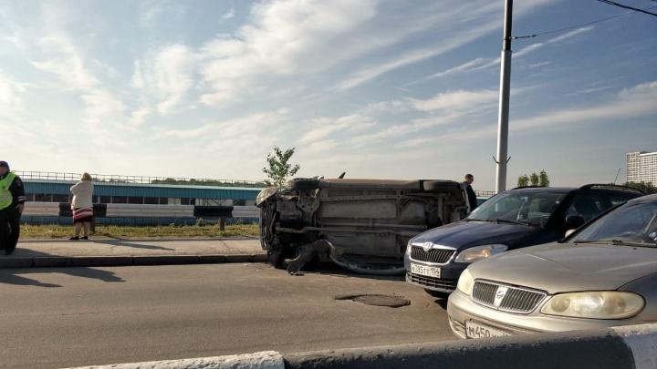Фото: на Октябрьском мосту лёг на бок автомобиль
