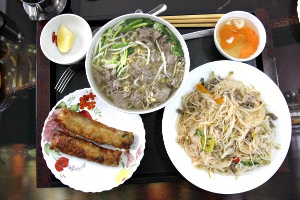 Набор из супа фо бо, двух нэмов и жареной лапши в кафе обошёлся в 470 рублей