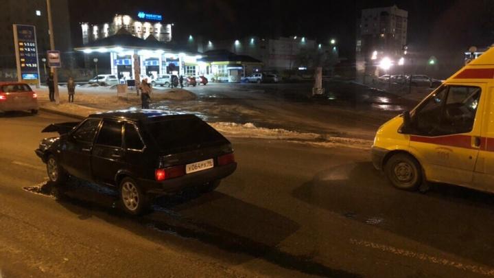 В вечерней аварии у торгового центра «Премьер» пострадал водитель отечественной легковушки
