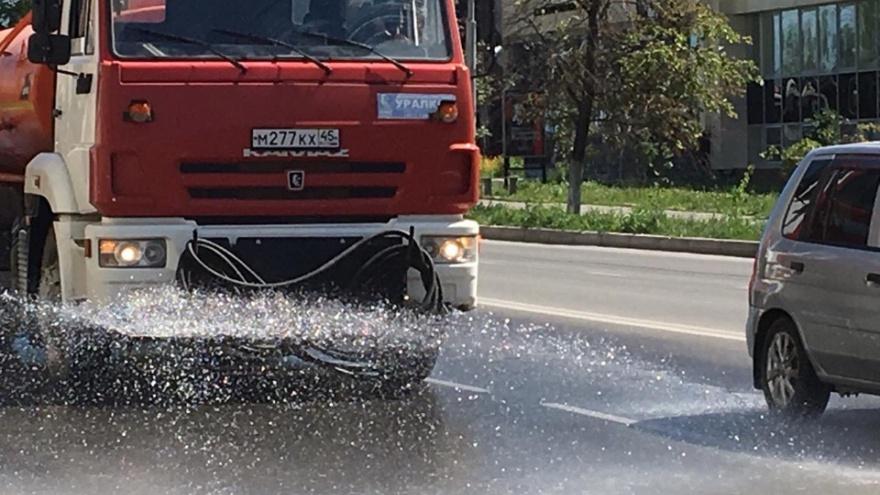 В Кургане из-за сильной жары поливают улицы