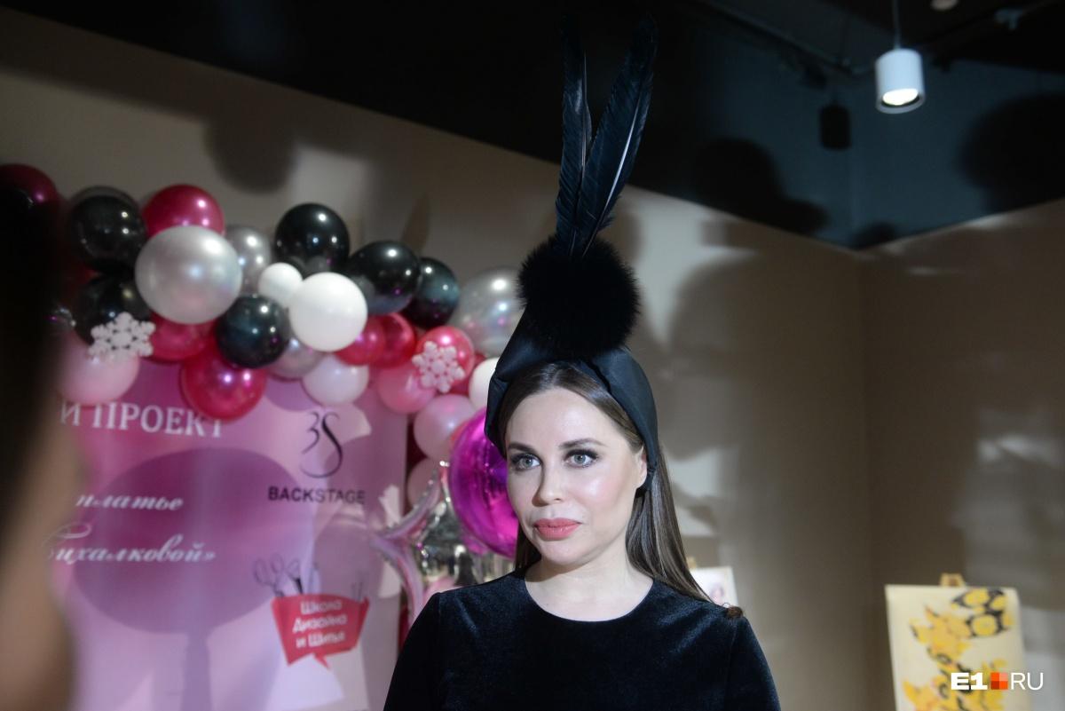 Юлия Михалкова тоже была одета в необычное платье, сшитое на заказ