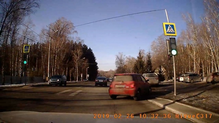 «Девушка, ничего не смущает?»: водители на Киренского через пешеходный заезжают на парковку