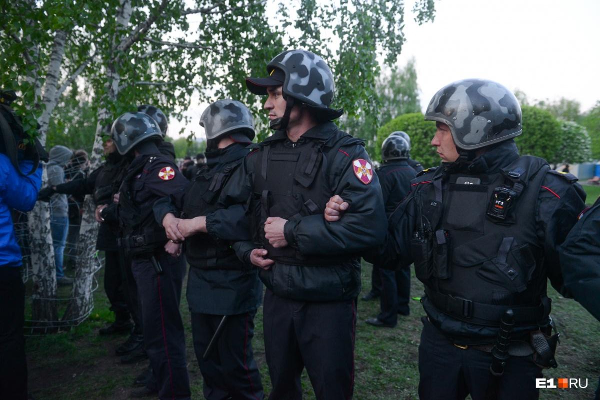 Сделали выводы и в полиции: силовики заранее оцепили сквер