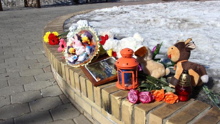 В Омске игрушки с мемориала погибшим в Кемерово решили раздать детям