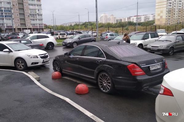 Вряд ли водитель этого Mercedes не видел красные полусферы. Хотя в России, вроде бы, все равны, но некоторые «равнее» других