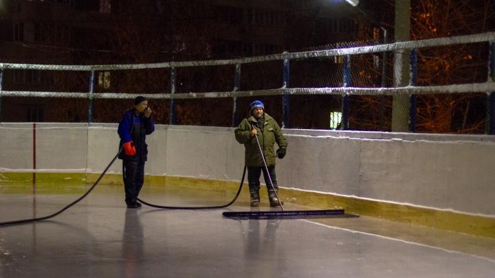 «Здесь рыбаки проверяли буры»: во дворе школы № 58 обновили каток