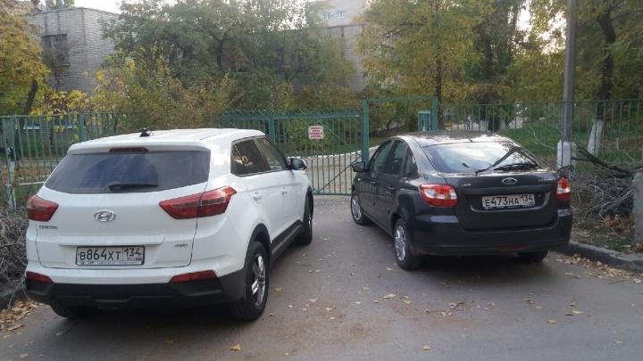 В центре Волгограда автохамы заблокировали проход к детскому саду