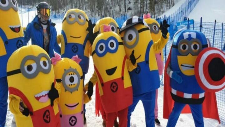 «Нам по фану»: семья Николая Олюнина в костюмах миньонов пришла поддерживать лыжников