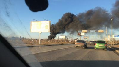 В Волгограде загорелось кладбище старых шин у ТРК «Мармелад»