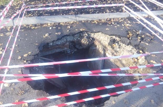 Огромный провал появился в новом тротуаре на месте снесенных павильонов по Красрабу