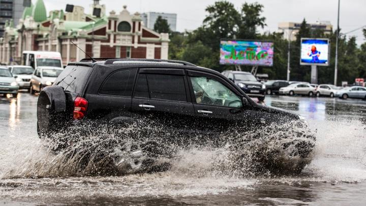 Топит бары, квартиры и улицы: последствия ливня в Новосибирске (онлайн-репортаж)