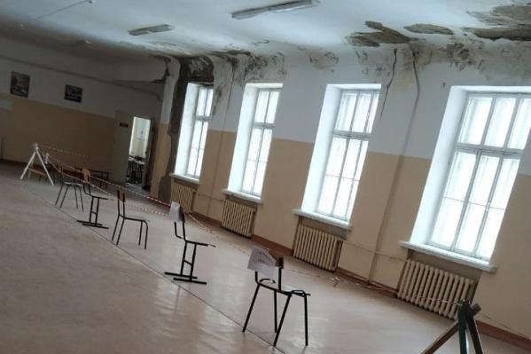 Места, где протекает потолок и обваливается штукатурка, отгородили от учеников