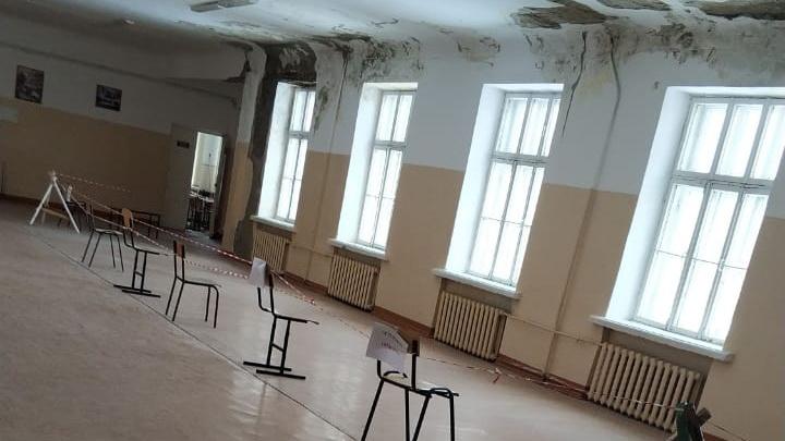 Власти объяснили, как на Вертковской будут ремонтировать школу с протекающими потолками