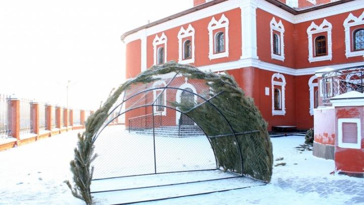 У Богоявленского собора в Кургане строят вертеп