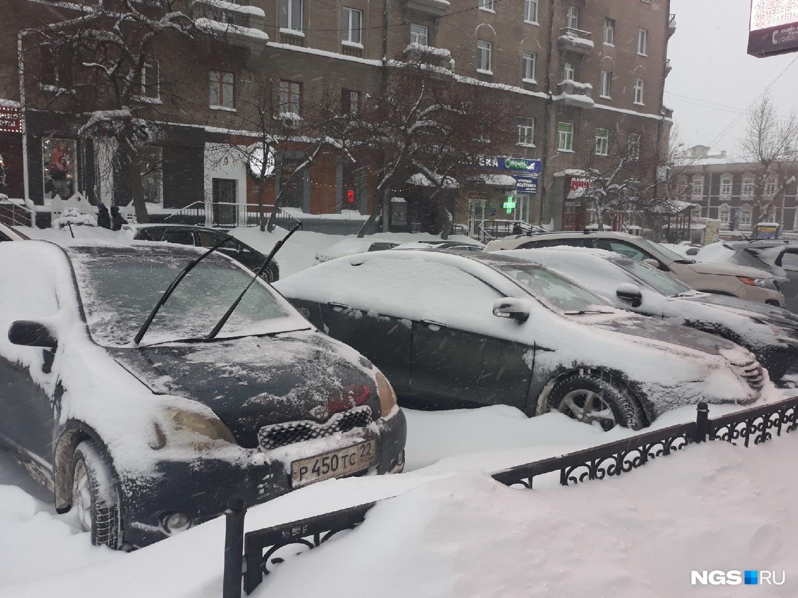 Автолюбители последовали рекомендациям мэрии и отказались на время снегопадов от передвижения на машинах