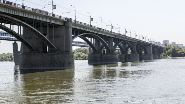 Стояли за перилами: с Октябрьского моста сняли двух мужчин