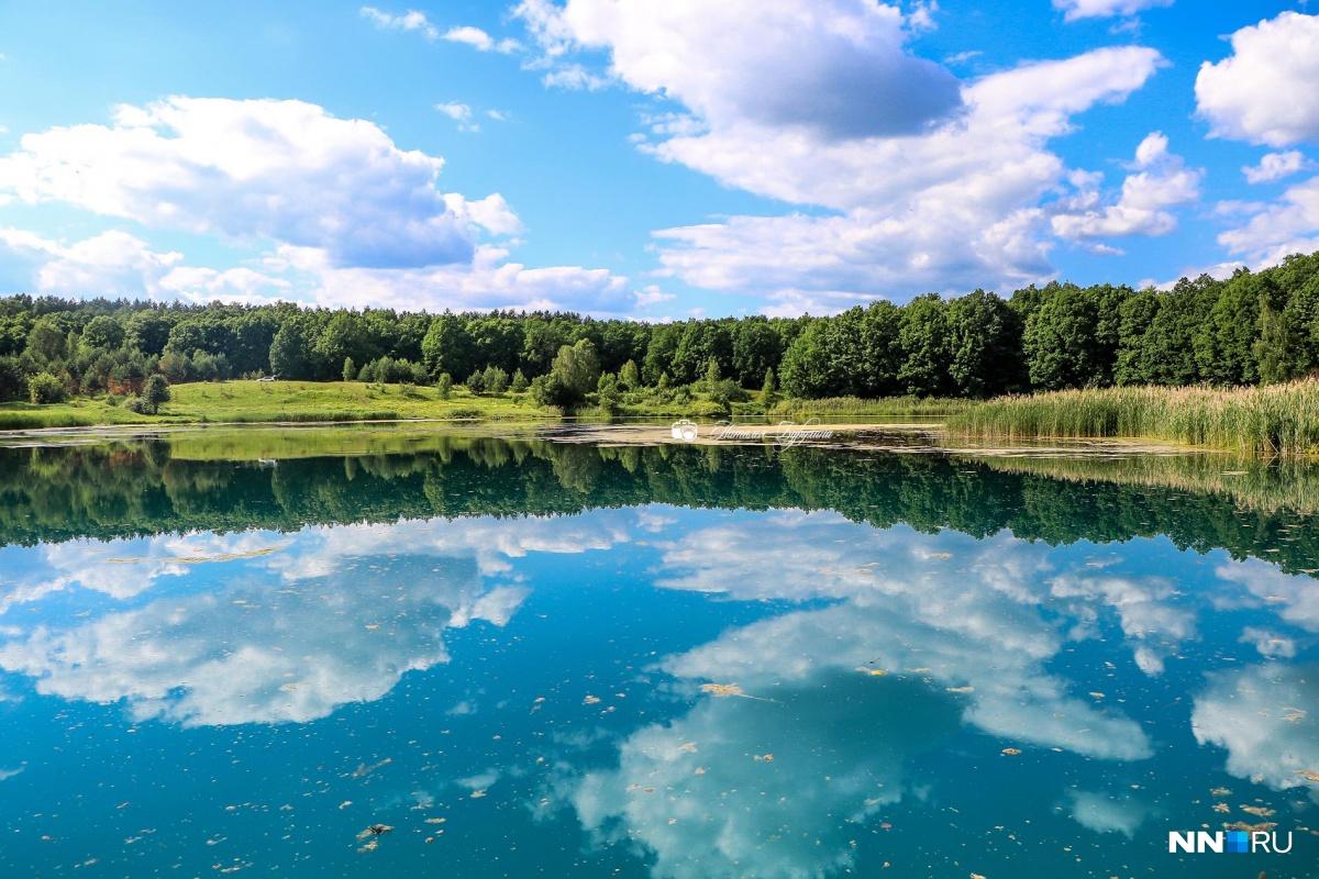 Озеро с высоты обрыва кажется голубым