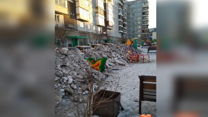 В «Солнечном» очистили дороги от снега и закидали им детскую площадку