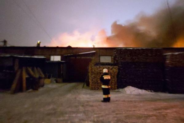 На месте работают 60 пожарных