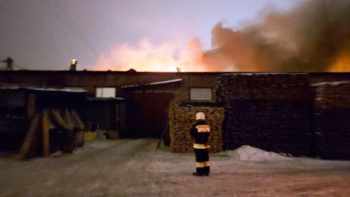 В Старом Кировске загорелся склад с автомобилями