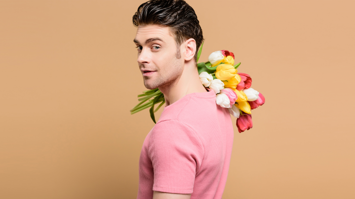 Почему одним дарят подарки, а другим — цветы? Психолог объяснила, о чем говорят знаки внимания мужчин
