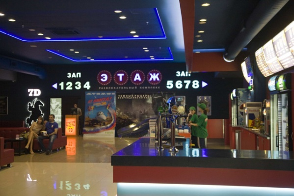 В момент происшествия в четырёх кинозалах развлекательного комплекса «Этаж» шли киносеансы