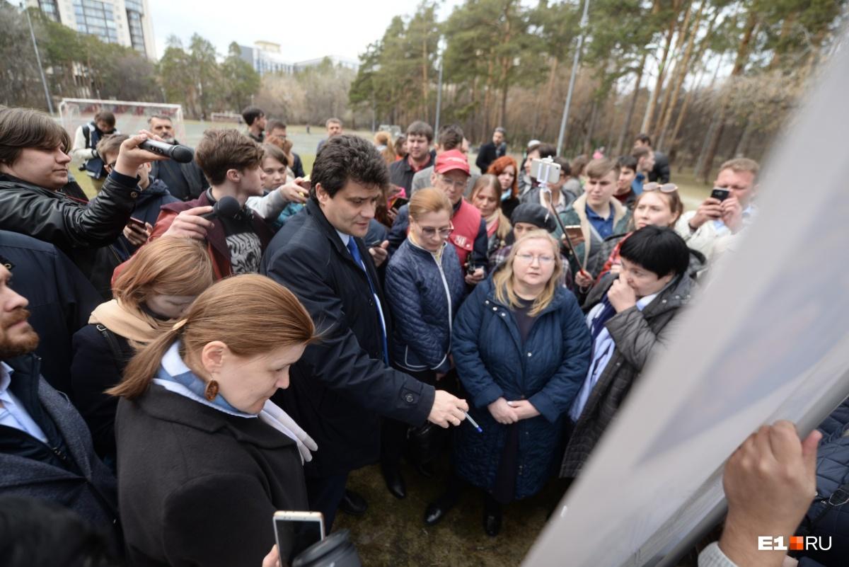 Директор Дендропарка Светлана Раскостова (справа от мэра) заверила, что каждое дерево, которое будут вырубать, проверили. Но Высокинский попросил сделать это ещё раз