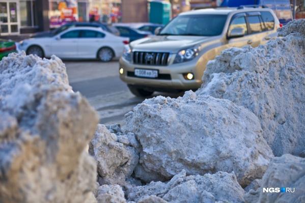 Зимой дороги часто сужаются на одну полосу