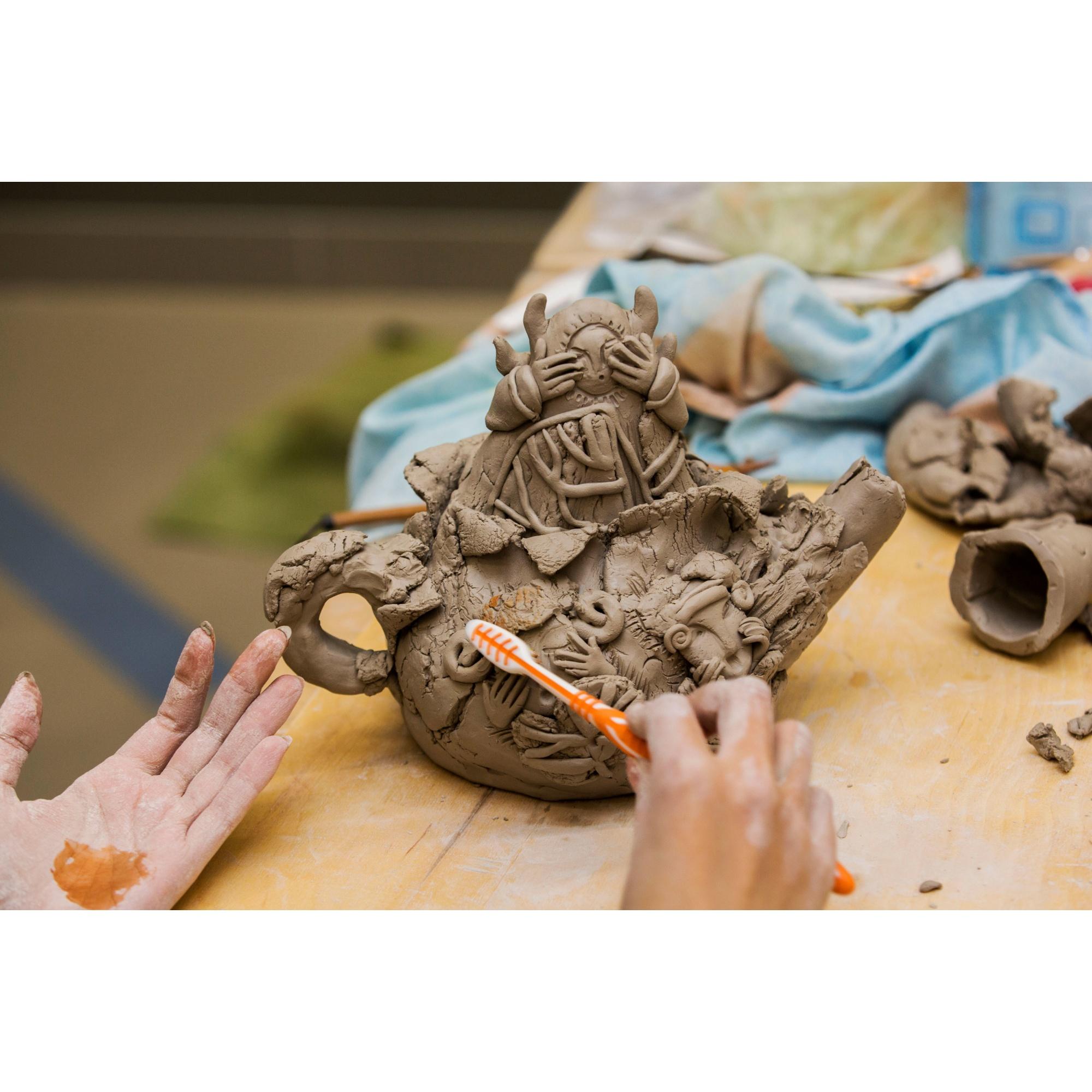 Керамисты использовали разные инструменты в работе, в том числе зубные щётки