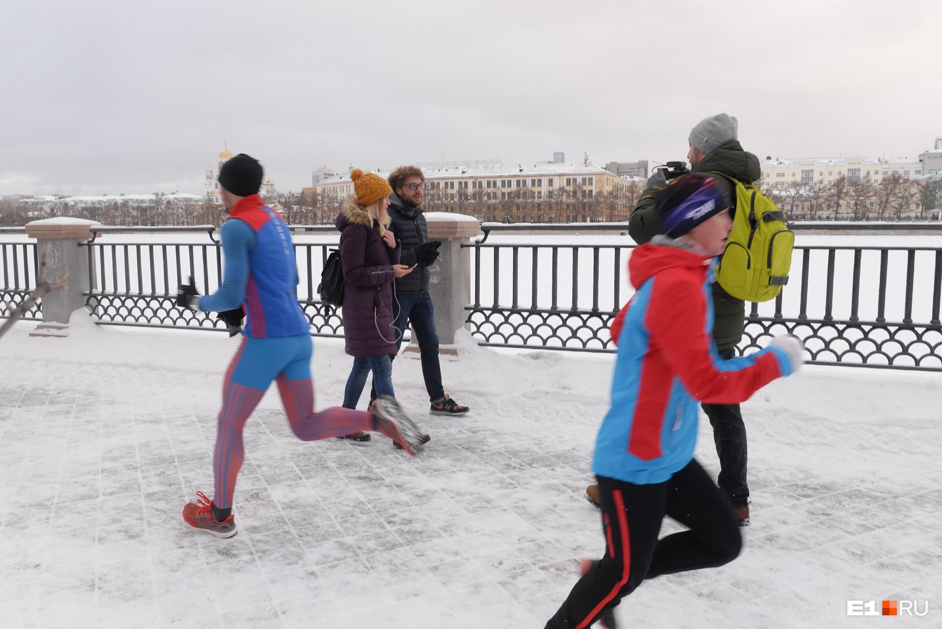 По набережной бегает много спортсменов — это хорошо