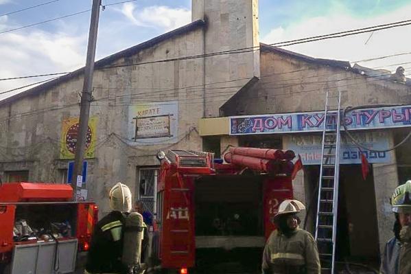 Крыша здания сгорела, а стены остались целы
