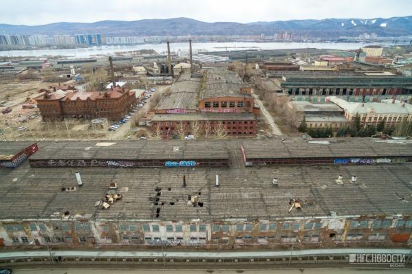 Этой весной здания на месте завода комбайнов стали сносить