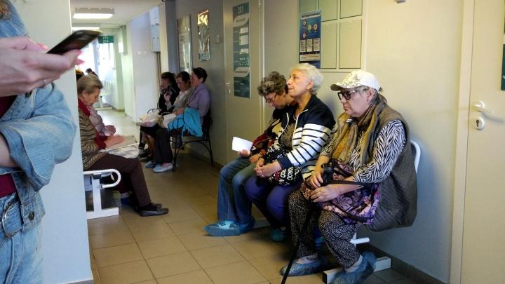 «Вход только в бахилах»: должны ли вы покупать «целлофановую обувь» в поликлиниках и больницах?