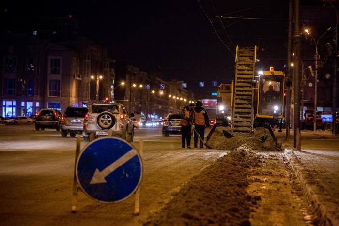 На очистку улиц от снега выехало около 150 машин