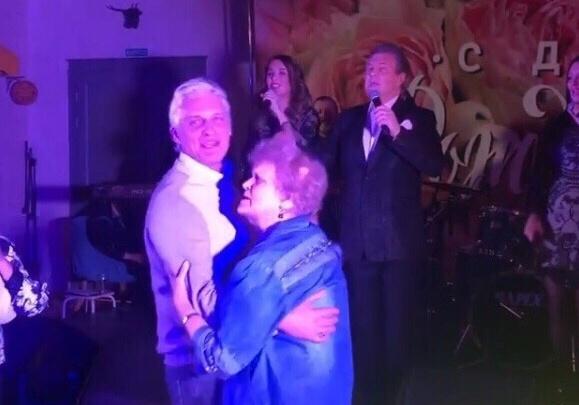 Миллиардер Олег Тиньков устроил в Тюмени вечеринку с участием Льва Лещенко для своей 80-летней мамы