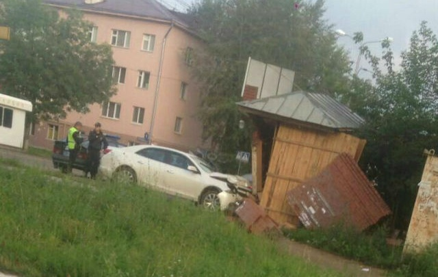 В Башкирии автоледи на «Шевроле Малибу» снесла киоск