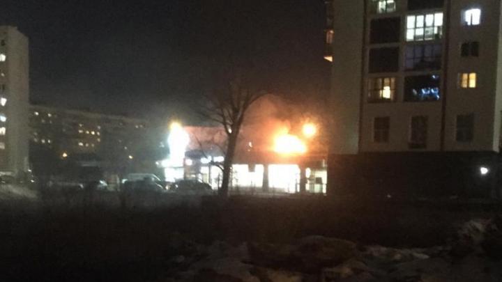 На Уктусе сгорела иномарка, которая стояла на парковке над магазином