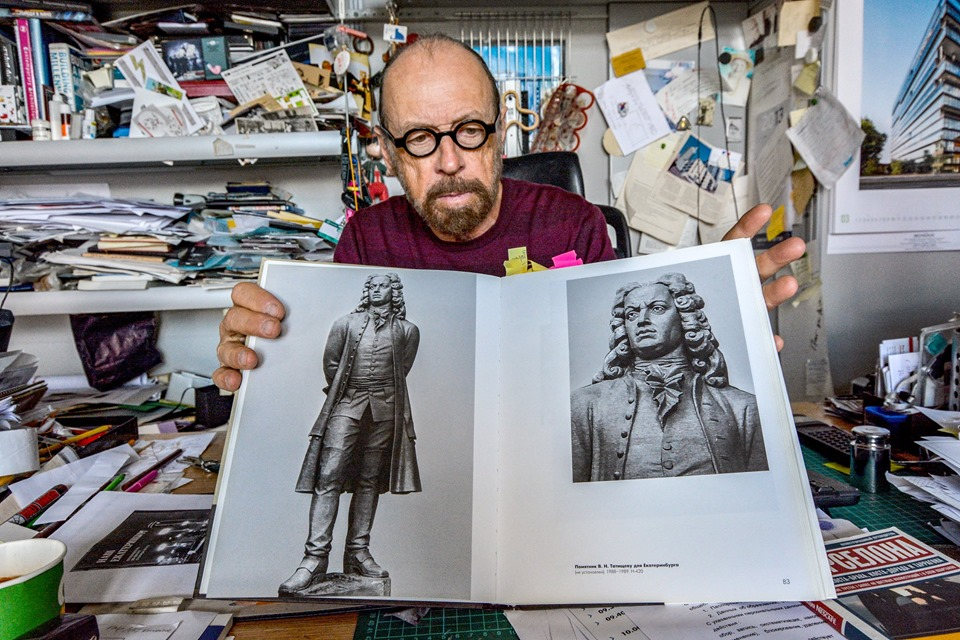 Борис Демидов показывает, каким мог быть памятник Татищеву в Екатеринбурге