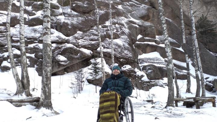 Колясочник из Ачинска начал тренироваться для рекорда: собрался проехать 450 км по трассе