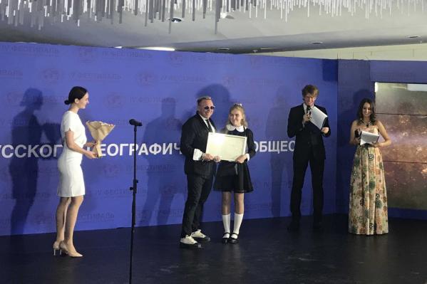 Награду лучшему юному экскурсоводу вручил Гарик Сукачев