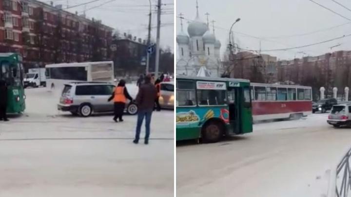 «Сам вызвался помочь»: водитель «Субару» на тросе оттащил сломавшийся троллейбус