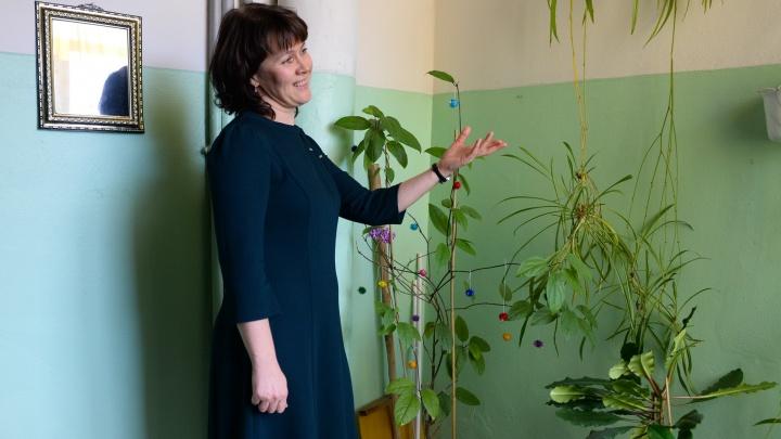 """""""Можно ставить диван и жить"""": екатеринбуржцы превратили подъезд в гостиную с зеркалами и картинами"""