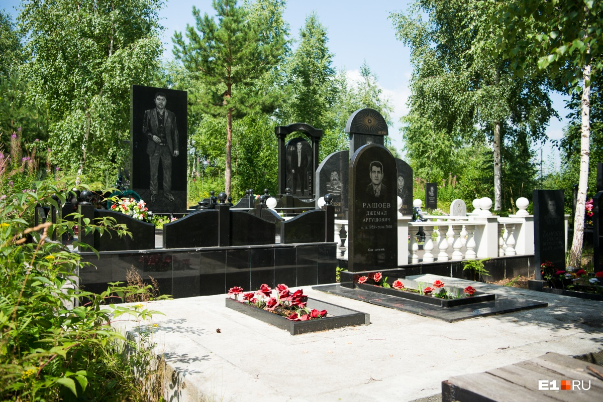 Надгробия высокие, и их видно издалека