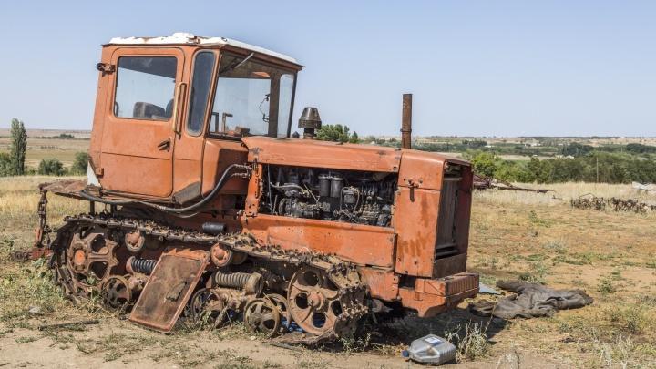 Сборщик лука погиб под трактором в Волгоградской области